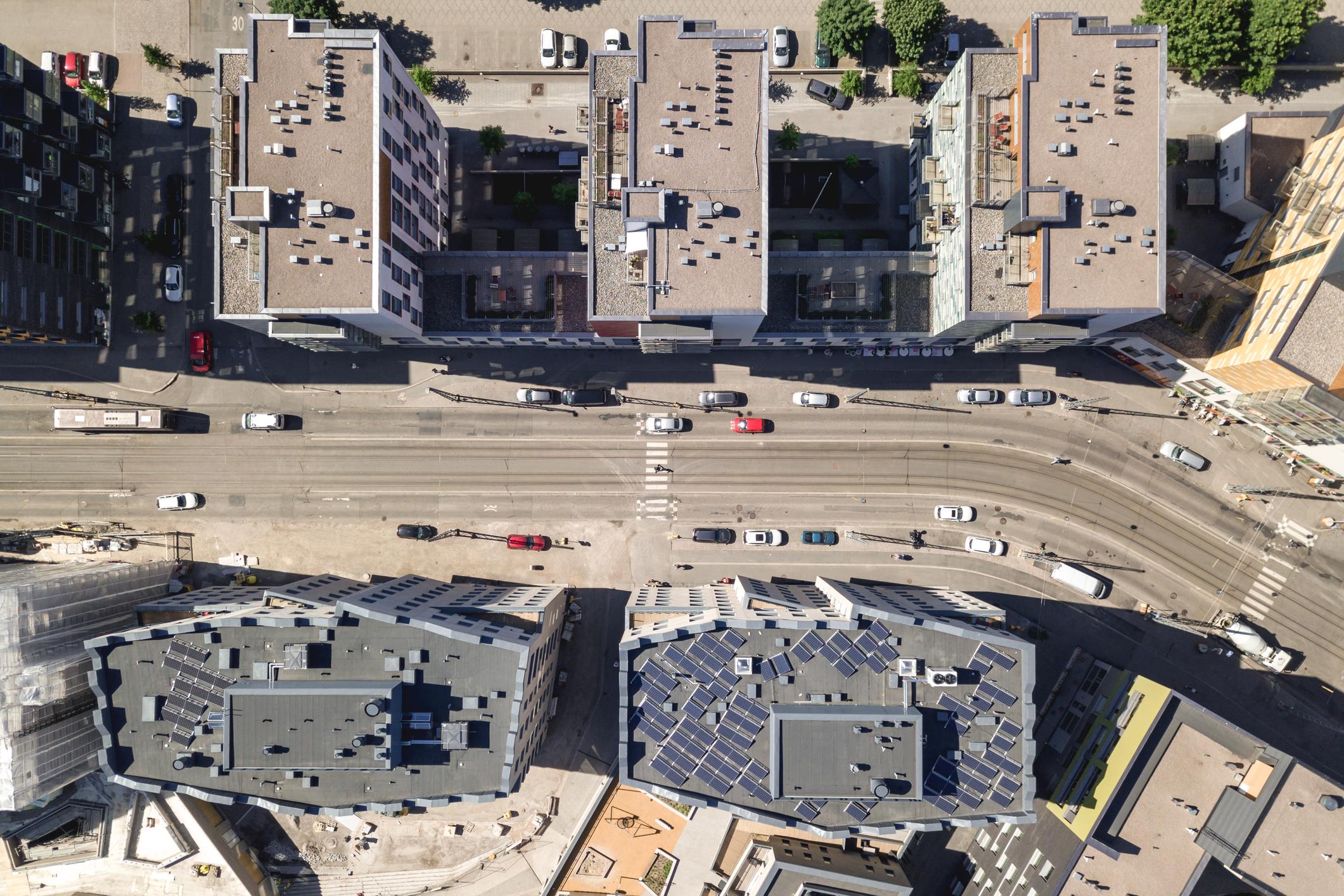 Kuvassa näkyy useita kerrostaloja ylhäältä päin kuvattuna.