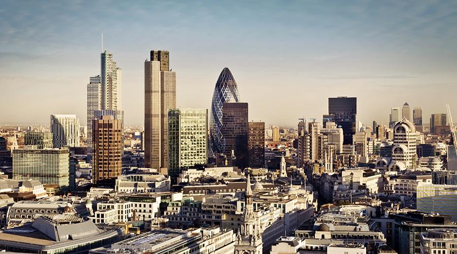 Kuvassa on Lontoon keskustan silhuetti aurinkoisena päivänä.