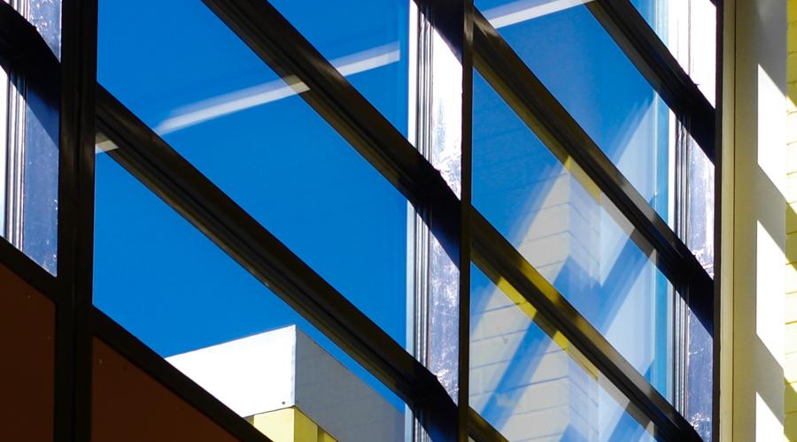 Kuvituskuva, jossa näkyy yksityiskohta modernin rakennuksen ulkoseinästä.