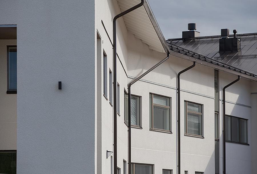 Kuvassa näkyy Konneveden koulun julkisivua.