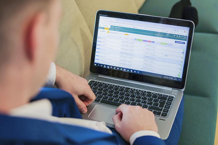 Kuvituskuva, jossa mies käyttää kannettavaa tietokonetta.
