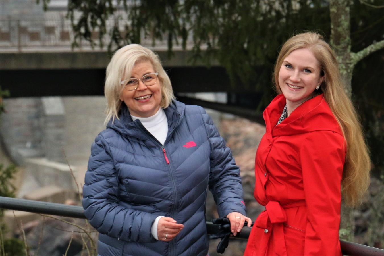 Arja Kekki ja Milla Oinonen Imatrankosken koskiuoman reunalla
