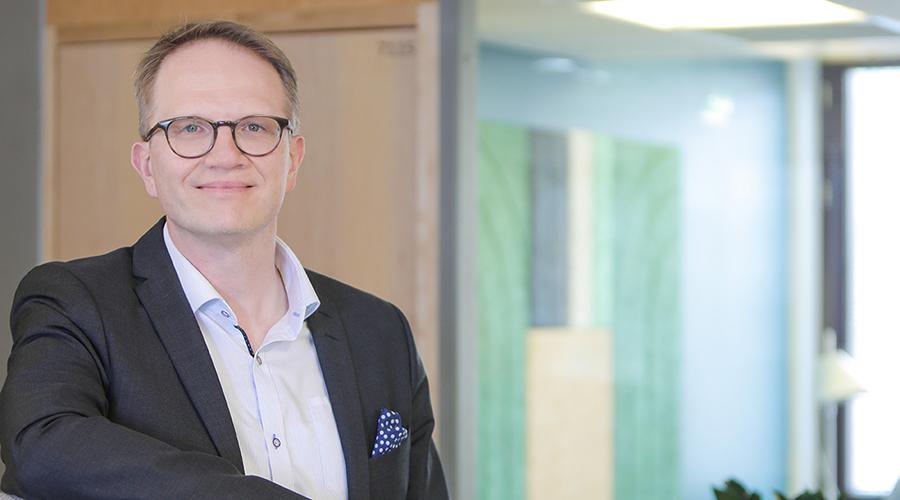 Kuvassa on toimistossa kuvattuna Kuntarahoituksen pääekonomisti Timo Vesala.