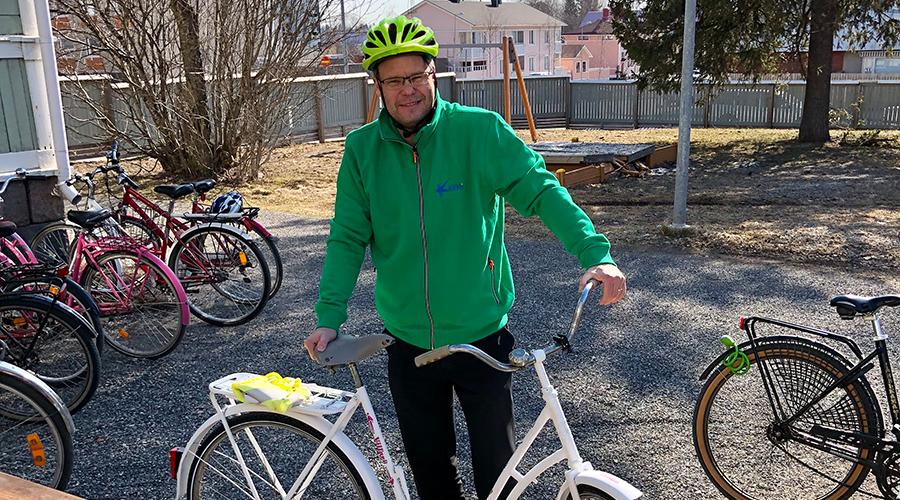 Kuvassa Kemin kaupunginjohtaja Tero Nissinen pysäköi polkupyöräänsä.