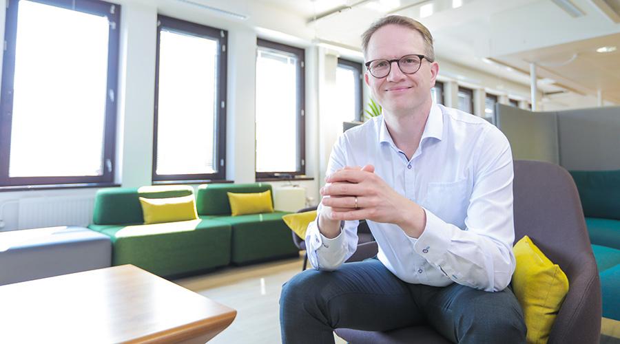 Kuvassa istuu värikkäässä toimistossa Kuntarahoituksen pääekonomisti Timo Vesala.