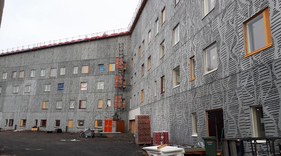 Kuvassa on vielä rakenteilla oleva Varkauden uusi sote-keskus, jossa on paljon värikkäitä ikkunoita.