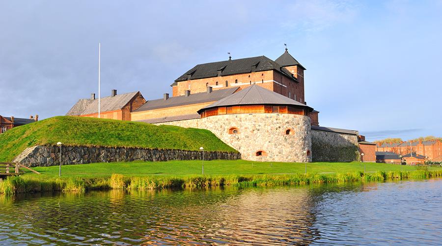 Kuvituskuva, jossa on Hämeen linna kesäpäivänä kuvattuna