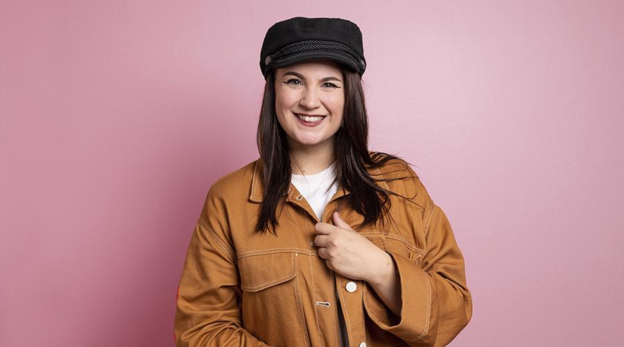 Kuvasa on Jennysvoices-kanavasta tunettu tubettaja ja ääninäyttelijä Jenny Pitkänen.