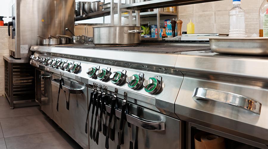 Kuvituskuva, jossa on ravintolan keittiön uuneja ja ruoanvalmistusvälineitä.