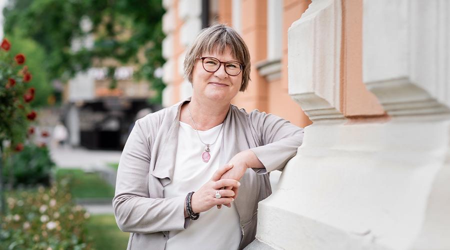 Kuvassa hymyilee Kuopion kaupungin taloussuunnittelupäällikköJaana Kuuva.