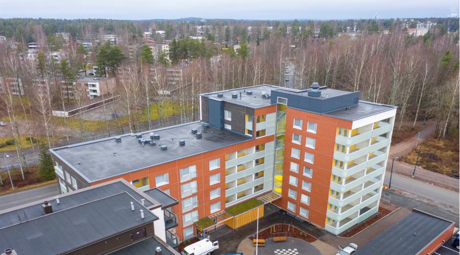 Kuvassa on Hyvinkäällä sijaitseva värikäs kerostalo, jossa on kohtuuhintaisia vuokra-asuntoja.