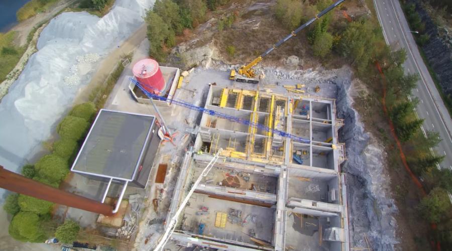 Kuvassa on ylhäältä päin kuvattu suuri rakennustyömaa, johon rakentuu Häpönniemen jätevedenpuhdistamo.