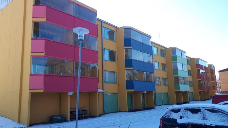 Kuvassa on peruskorjattuja värikkäitä kerrostaloja Vihnuksenkadulla Nokialla.