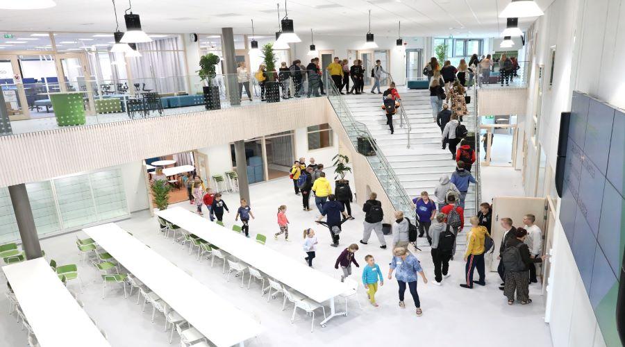Kuvasa on Parkanon koulu- ja kulttuurikeskus Kaarnan valoisa aula ja ruokailutiloja.