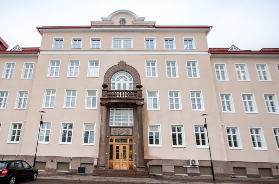 Kuvasa on Raaseporin kaupungintalo, joka on kunnostettu vanhan sairaalan tiloihin.
