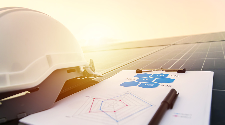 Kuvituskuva, jossa näkyy rakennelaskelmia sekä valkoinen työmaakypärä.