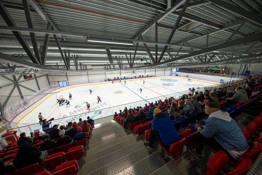 Kuvassa on yleisöä seuraamassa jääkiekko-ottelua Äänekosken jäähallissa.