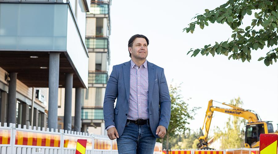 Pirkkalan konsernihallinnon talousjohtaja Petri Lätti. Taustalla Pirkkalan keskustan eli Suupan alueen kehittämishanke.