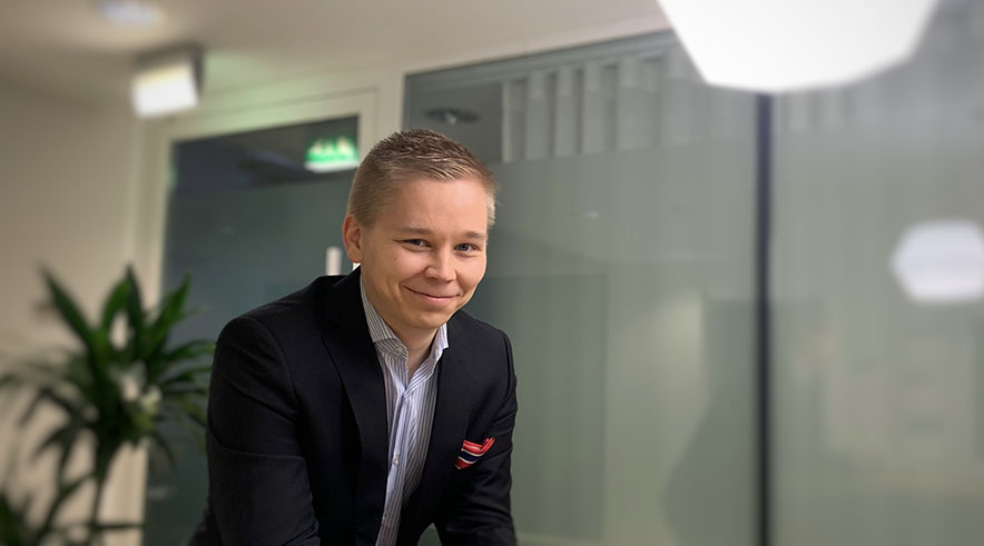 Kuvassa hymyilee Kuntarahoituksen digitaalisten palveluiden asiantuntija Jaakko Suhonen.