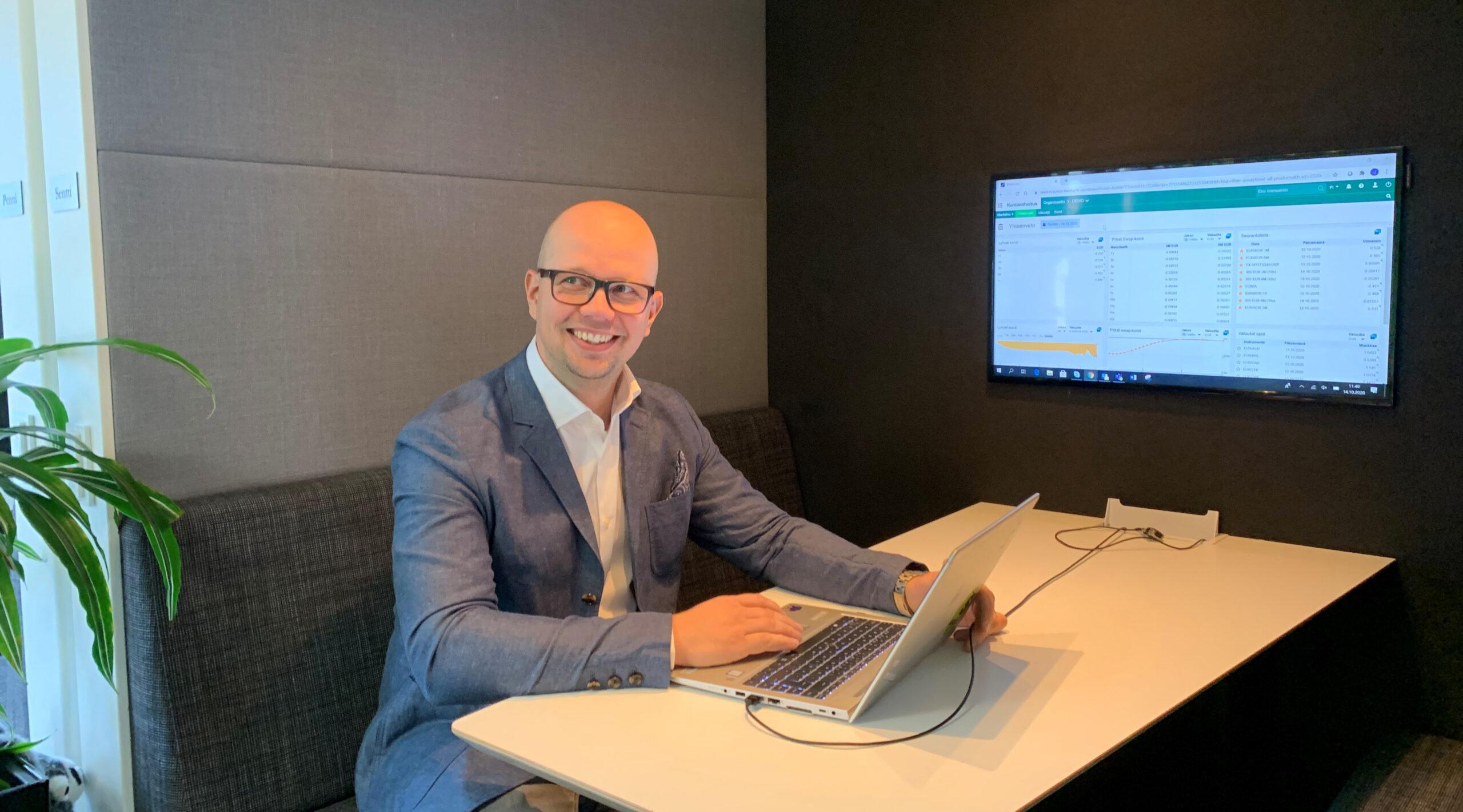 Kuvassa istuu neuvotteluhuoneessa Kuntarahoituksen digitaalisista palveluista vastaava Jukka Leppänen.