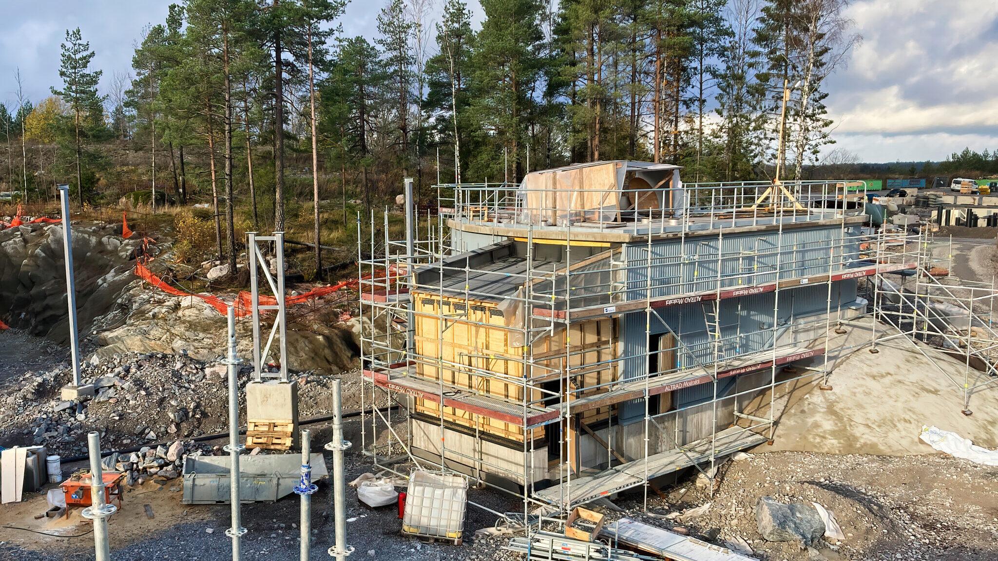Blominmäen jätevedenpuhdistamo rakennusvaiheessa. Kuvassa on osa jätevedenpuhdistamon maanpäällistä osaa rakkenustelineiden ympäröimänä.