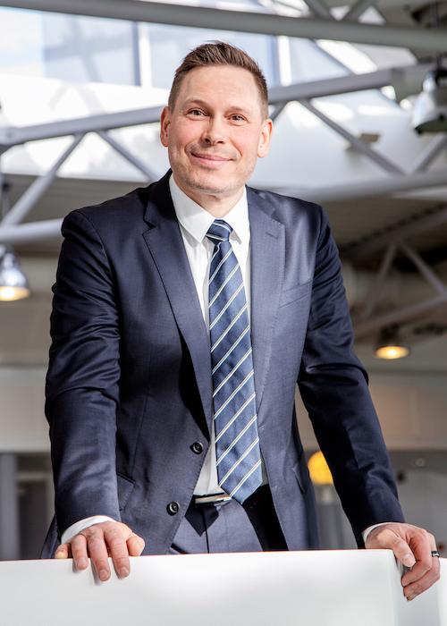 Kuvassa Ta-Yhtymä Oy:n toimitusjohtaja Jouni Linnavuori nojaamassa kaiteeseen toimistotiloissa.