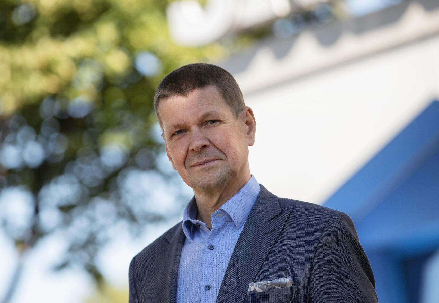 Kuvassa Oulun Sivakan toimitusjohtaja Raimo Hätälä vaaleaa, kesäistä taustaa vasten.