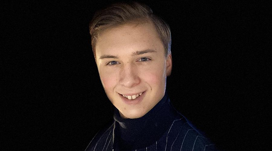Nuori yrittäjä Aatu veikkola lähikuvassa tummalla taustalla.