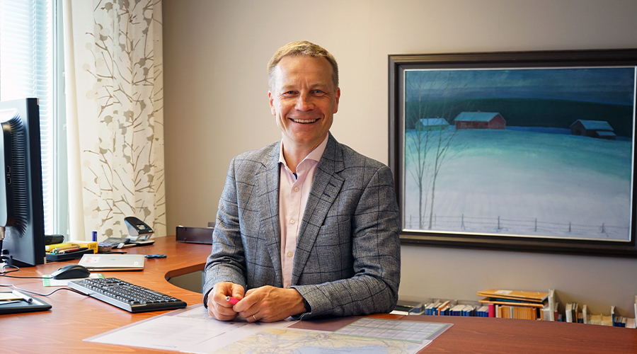 Kuva Kontiolahden kunnanjohtajasta Jere Penttilästä, joka aloittaa pian Riihimäen kaupunginjohtajana. Kuvassa Jere istuu työhuoneessaan pöydän takana.