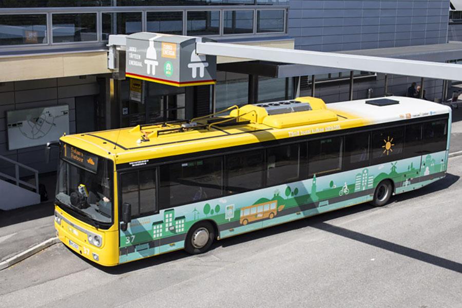 Kuvassa on Turun kaupunkiliikenteen sähköbussi latautumassa.