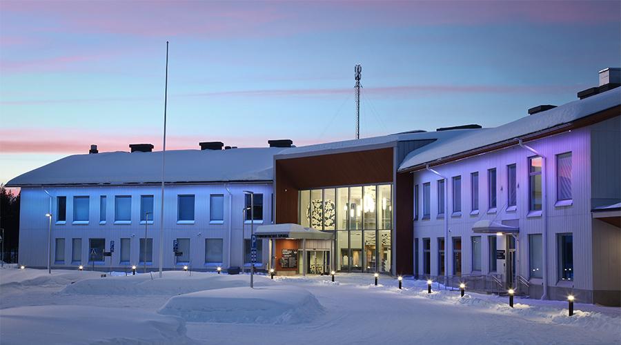 Kuvassa on Sodankylän hyvinvointikeskus Sopukka kuvattuna iltavalaistuksessa.