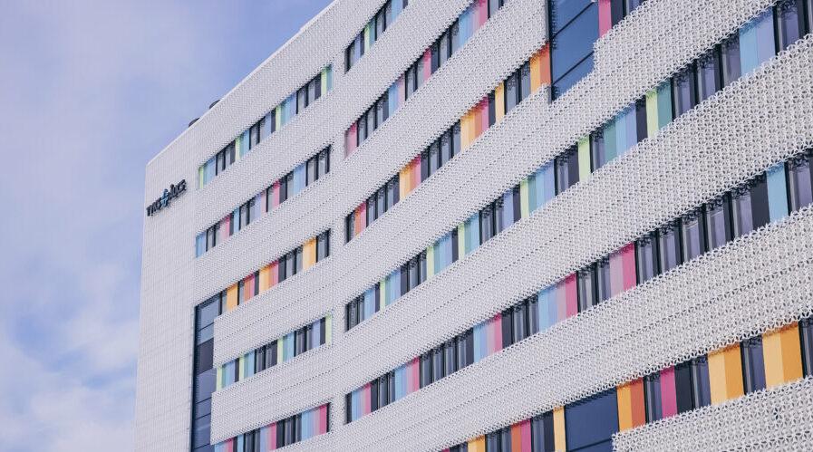 Kuvassa on Turun Majakkasairaalan värikäs julkisivu.
