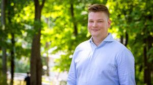 Inspiran analyytikko Lassi Vuorela poseeraa Helsingin Töölönlahden vehreässä maisemassa.
