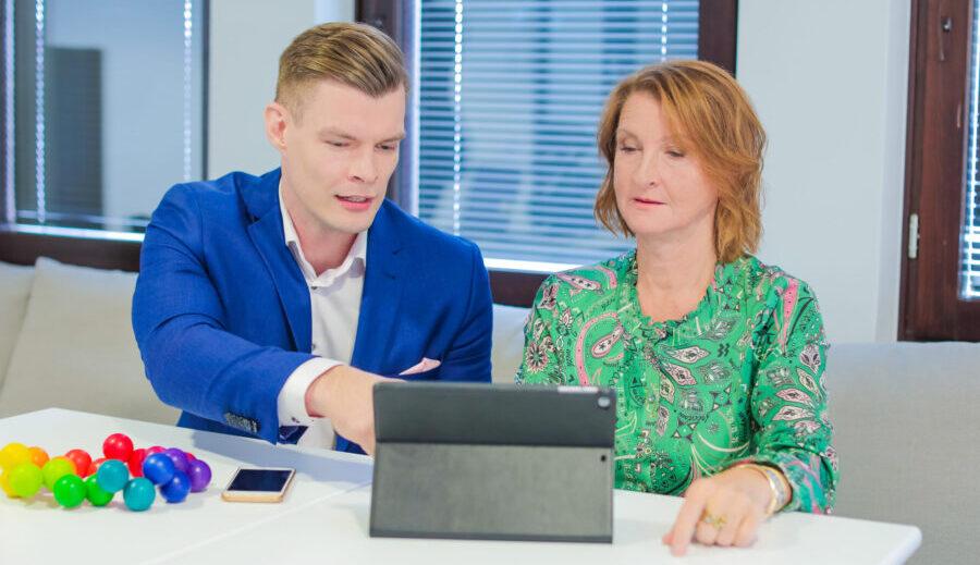 Kuvassa kaksi henkilöä työskentelevät vierekkäin tietokoneen äärellä.