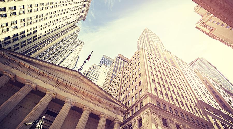 Näkymä taivaalle New Yorkin Wall Streetiltä