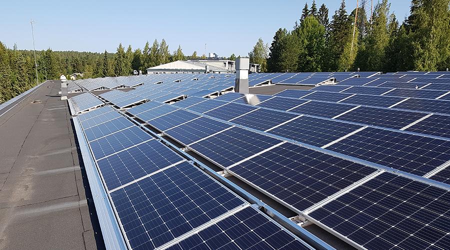 Aurinkopaneleeja rakennuksen katolla